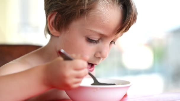 chlapec jíst polévku