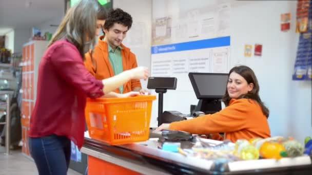 Zákazník v řadě u pokladny