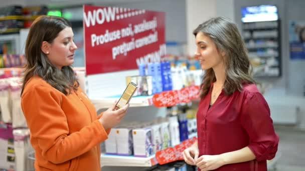 Zákazníkovi výběr kosmetických výrobků v supermarketu