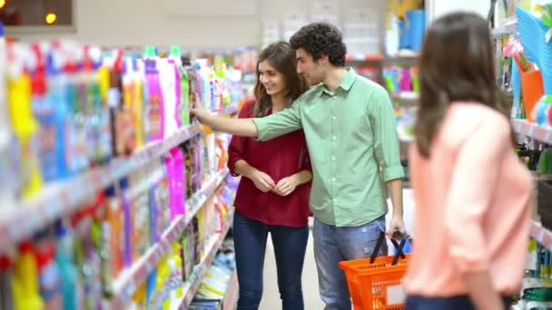 Zákazníci vybrat čisticí prostředky v supermarketu