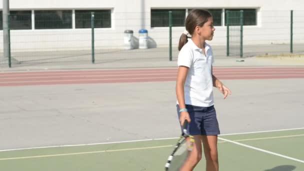hraje tenis
