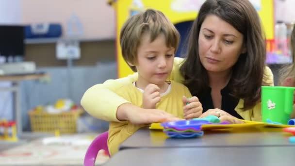 Děti hrají ve školce