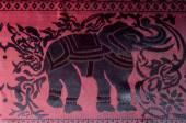 La trama del tessuto di cotone, con gli elefanti verniciati rossi, ho fatto