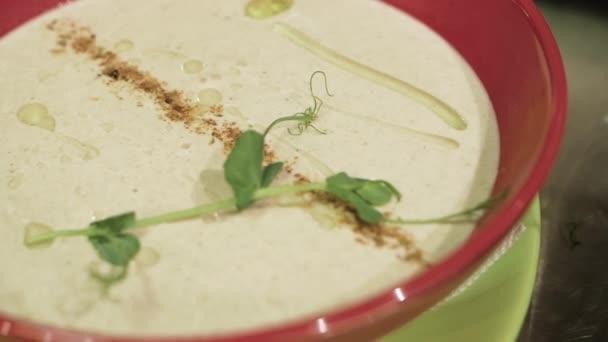 Zdravé jídlo, vaření houbové smetanové polévky v misce. Jíst zdravou vegetariánskou večeři.