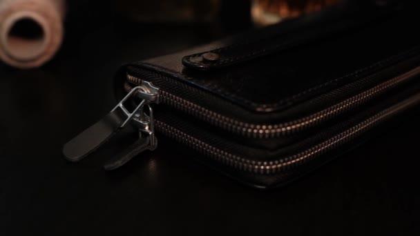 pánská kožená peněženka na tmavém pozadí