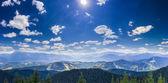 Horská podzimní krajina s vrcholky hor a rozsahy