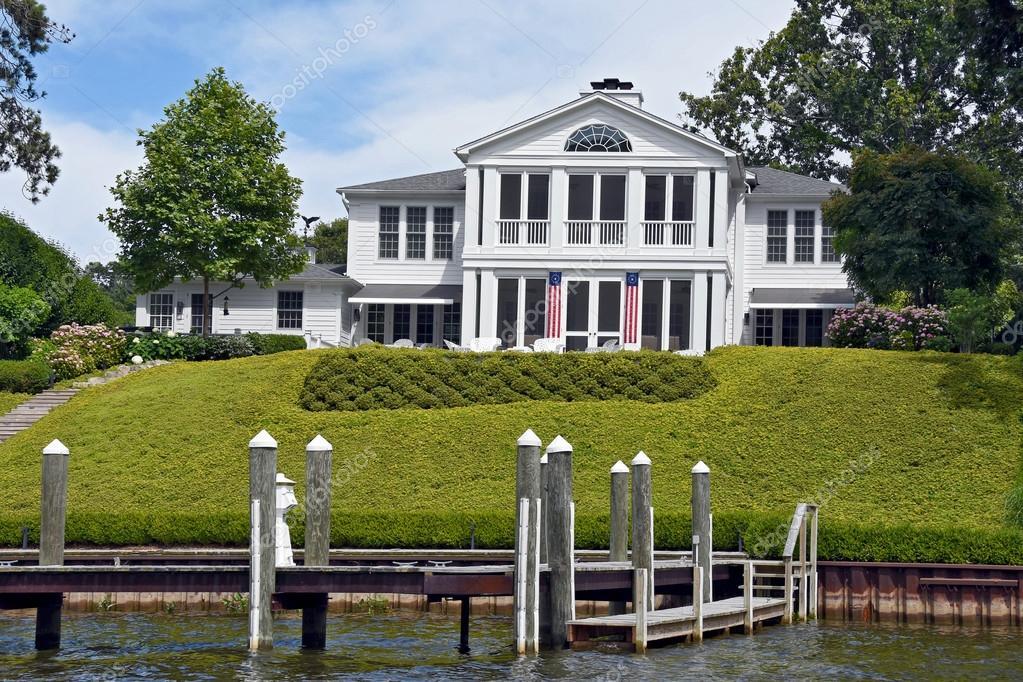 Luxus Haus Mit Amerikanischen Flaggen Durch Haustur Auf Einem Fluss