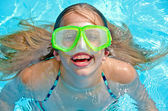 Photo Young girl with braces in pool