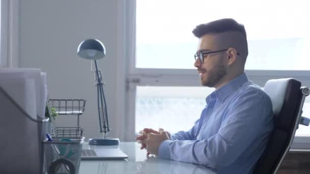 obchodní mluvčí na videokonferenci. Muž používající notebook a tablet on-line setkání ve videohovoru. Práce z domova, práce na dálku a vlastní izolace doma