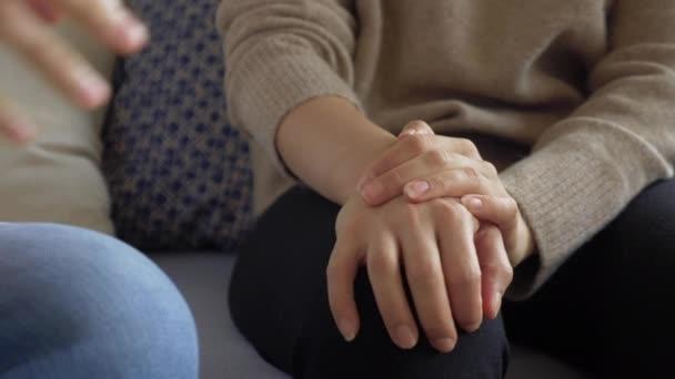 Krankenschwester Ärztin tragen weiße Uniform halten Hand der älteren Großmutter Patientin helfen Empathie auszudrücken ermutigen Diagnose beim Arztbesuch erzählen, ältere Menschen Gesundheitsunterstützungskonzept, Nahsicht