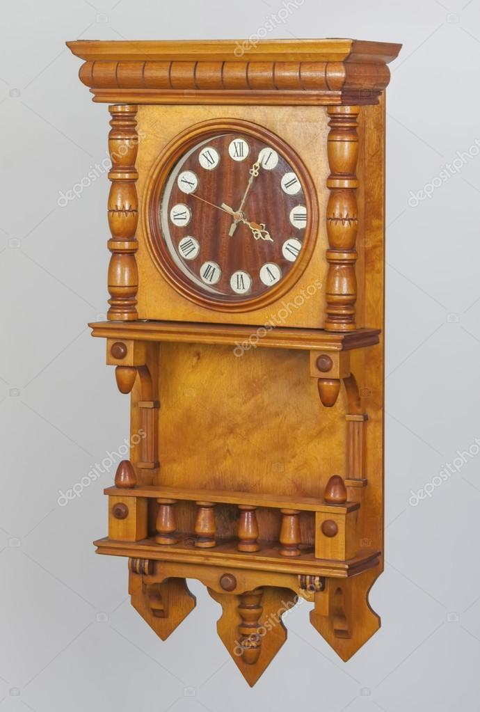 en bois ancienne horloge murale avec cadran des chiffres romains photographie photoman1551