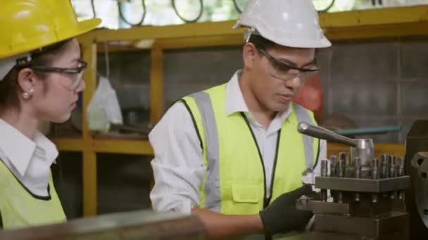 Asiatische professionelle Maschinenbauingenieur und Betriebsteam tragen einheitliche Sicherheit arbeitenden Metalldrehmaschine industrielle Fertigungsfabrik, Schwerindustrie Drehmaschine Arbeiter Mann und Frau