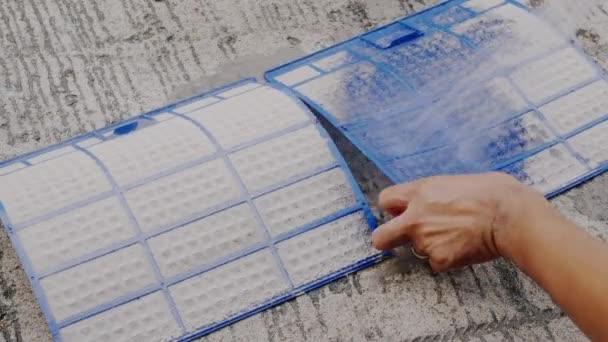 Techniker Service Wartung zur Reinigung von Schmutzstaub dicht auf Filter Klimaanlage mit Wasser