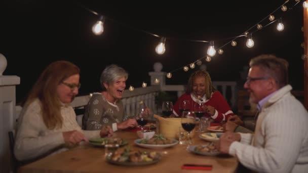Happy senior přátelé baví společné stolování na terase domu - Jídlo a starší lidé životní styl koncept