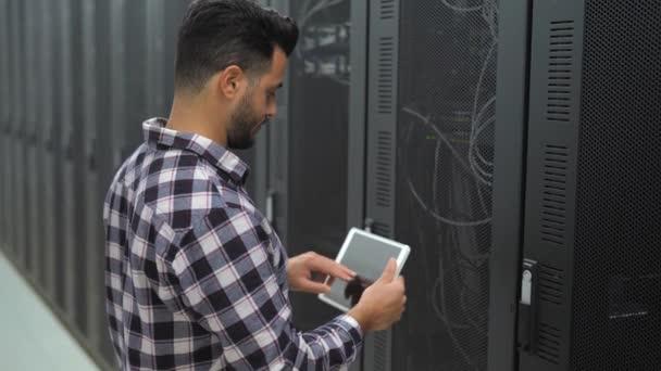 Männlicher Informatiker arbeitet in Serverraum-Datenbank