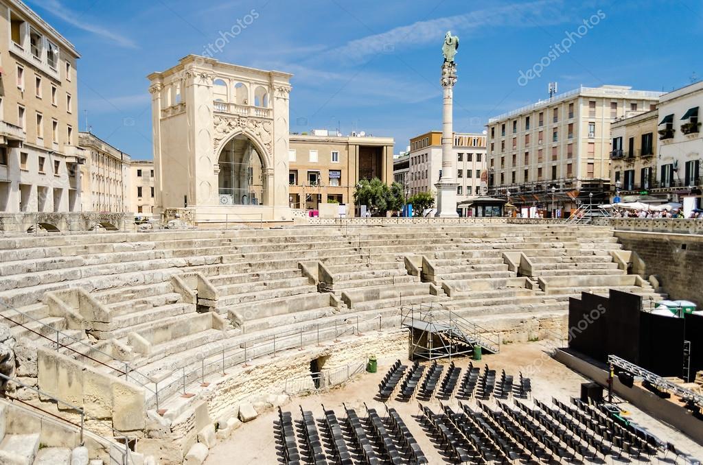 lecce italien das ikonische ramische amphitheater in santoronzo platz einem der meistbesuchten orte salento apulien foto von marcorubino italienischkurs