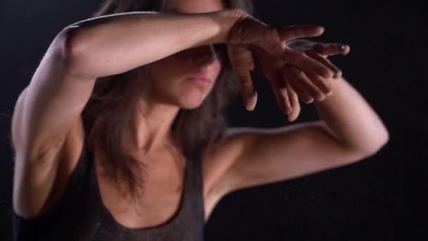 moderní choreografie představení a divadlo, žena tančí, pohyblivé ruce, detailní záběr