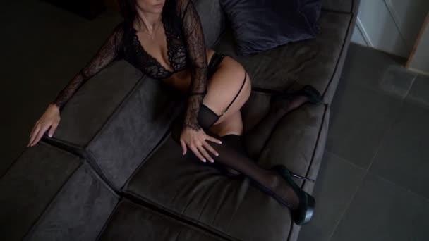 sexy Dame gekleidet Spitze Dessous liegt auf der Couch in Luxus-Wohnung, Nahaufnahme Ansicht
