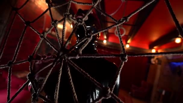 verkommene Frau trägt Latex-Kostüm für Rollenspiele, Spiderman und Superhelden-Thema