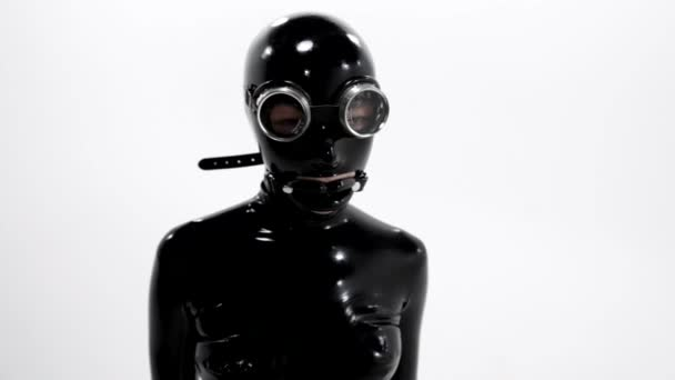 Sklavin zieht Knebel und Brille aus dem Gesicht, Rollenspiel mit Kleidung und Accessoires aus dem Sexshop