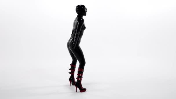 sexy Tänzerin trägt schwarzen Latex-Anzug und Gesichtsmaske, Bdsm-Thema und Sexfetisch