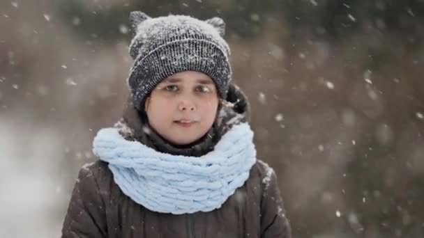 Schneefall zu Weihnachten, Mädchen steht auf der Straße, Porträtaufnahme