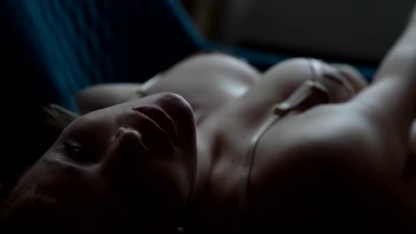 busty sexy dáma v erotickém prádle, detailní záběr svůdného těla a obličeje, jemný a svůdný záběr