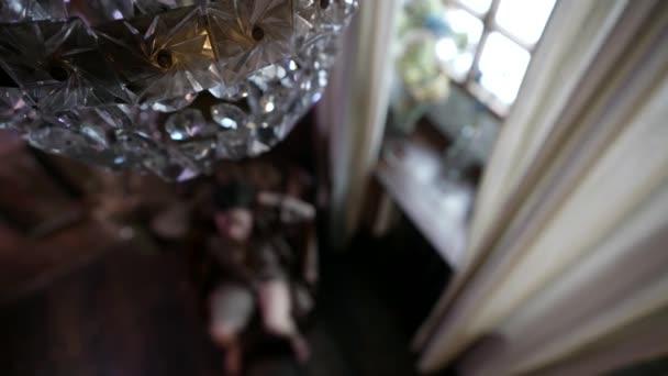 verschwommene Silhouette einer sexy Dame im Wohnzimmer, Draufsicht von der Decke, Reiz und Verführung