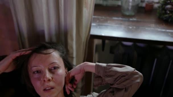 Erwachsene sexy Frau ist verführerisch Kamera, suchen und spielen mit ihren Haaren, Verführung und Versuchung