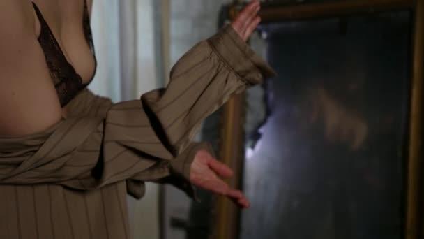 schöne Frau tanzt verführerisch im Raum, Nahaufnahme des Rückens, Hände und Brüste in schwarzem SpitzenbH