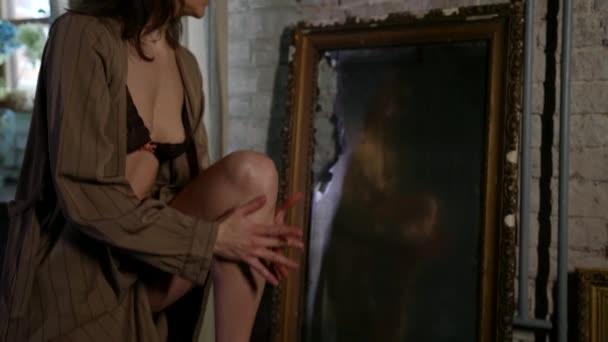 Sinnlichkeit und Weiblichkeit der erwachsenen schlanken Frau im Zimmer, Dame trägt Seidenkleid