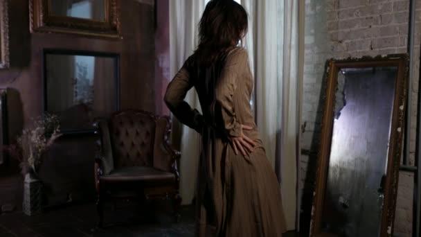 schöne aufgeregte Frau sieht sich im großen Spiegel und löst ihr Kleid