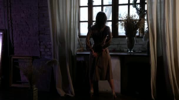romantische sexy Hausfrau schaut ins Fenster, Rückansicht der erwachsenen schönen Dame in schönen Innenraum