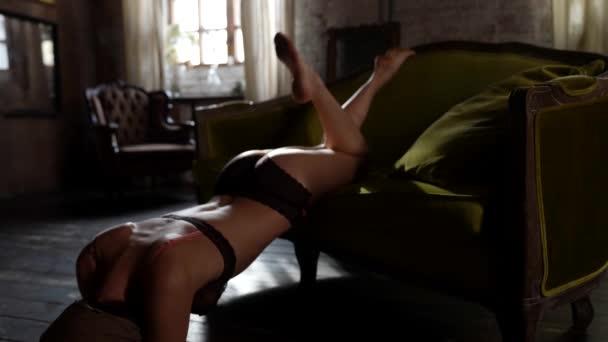 schöner weiblicher Körper in Dessous, erotische Aufnahme im Raum mit natürlichem Licht, schlankes Modell