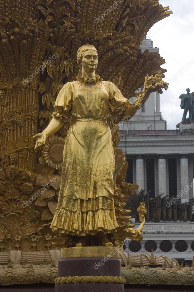 Тоталитарное искусство https://st2.depositphotos.com/1636602/9836/i/950/depositphotos_98366178-stock-photo-karelia-sculpture-on-vdnkh.jpg