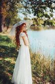 Sny - krásná žena v bílých šatech