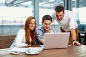 Három üzleti partnerek együtt dolgoznak