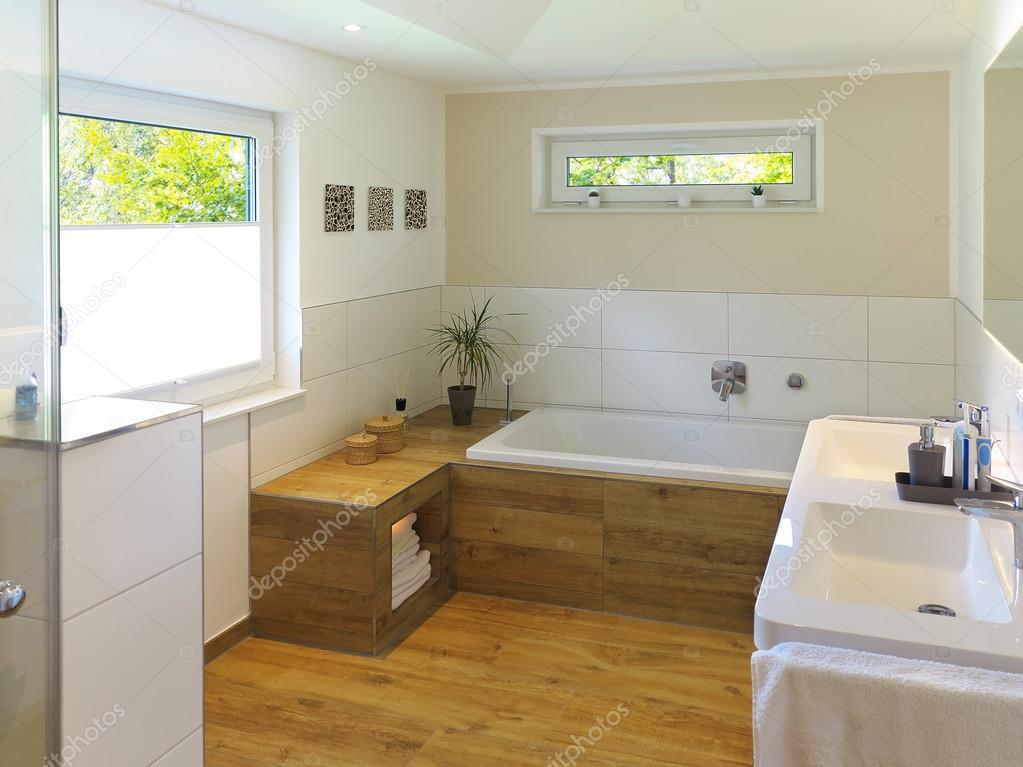 moderne badkamer met houten vloer stockfoto