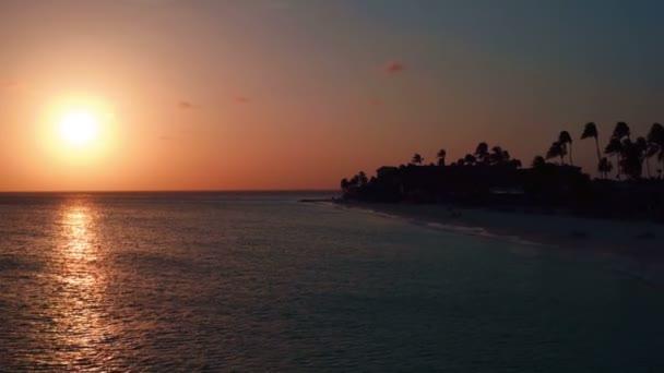 Antenna da Manchebo beach al tramonto sullisola di Aruba nel Mar dei Caraibi
