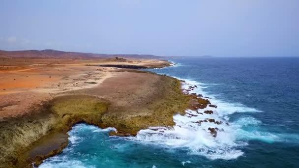 Aerea dalla costa selvaggia nord sullisola di Aruba nel Mar dei Caraibi
