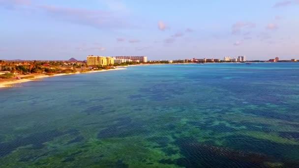 Antenna dal litorale ad ovest allisola di Aruba nei Caraibi