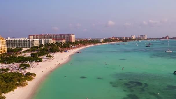 Anténu od Palm Beach na ostrově Aruba v Karibiku