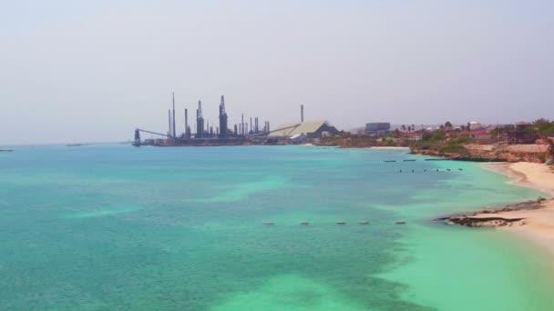 Antenna da raffineria di petrolio sullisola di Aruba nel Mar dei Caraibi