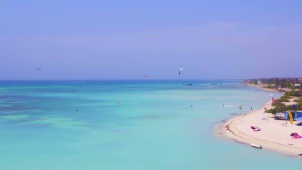 Antenna da kite surf alle capanne di pescatori sullisola di Aruba nei Caraibi