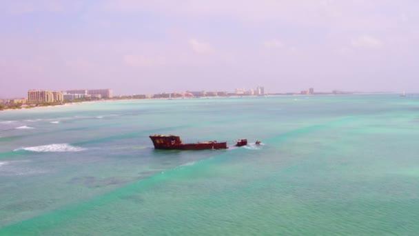 Antenna da un relitto di nave nel mare caraibico allisola di Aruba