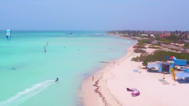 Antenna da kite surf alle capanne di pescatori nel mare caraibico
