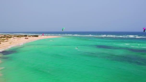 Antenna da kite surf presso Boca Grandi sullisola di Aruba nei Caraibi