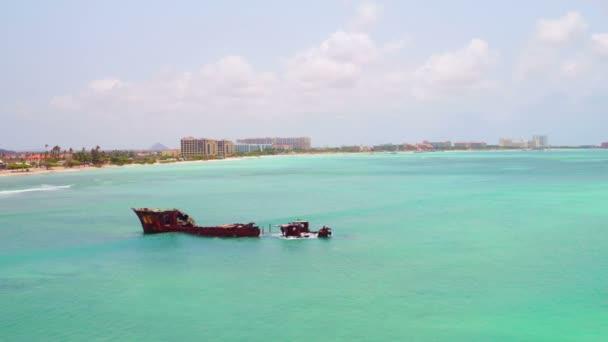 Antenna da un naufragio sullisola di Aruba nel Mar dei Caraibi