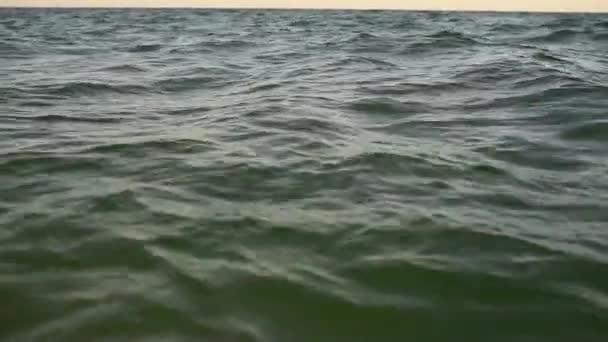 zblízka záběr zuřícího moře Po západu slunce večer.