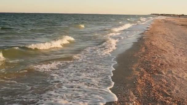 Sunny Beach vlny, mořská pěna, lehký vánek den v létě